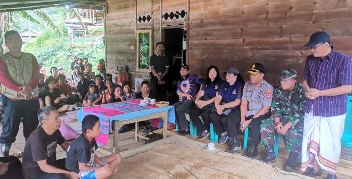 Bupati dan Dandim 1414 Tana Toraja Melayat ke Rumah Korban Tanah Longsor di Malimbong Balepe'
