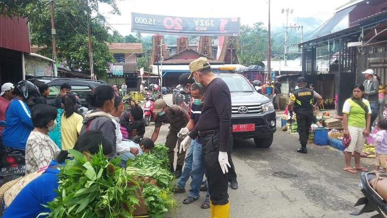 Wakil Bupati borong sayuran yang masih terus menjual di Pasar Sentral Makale