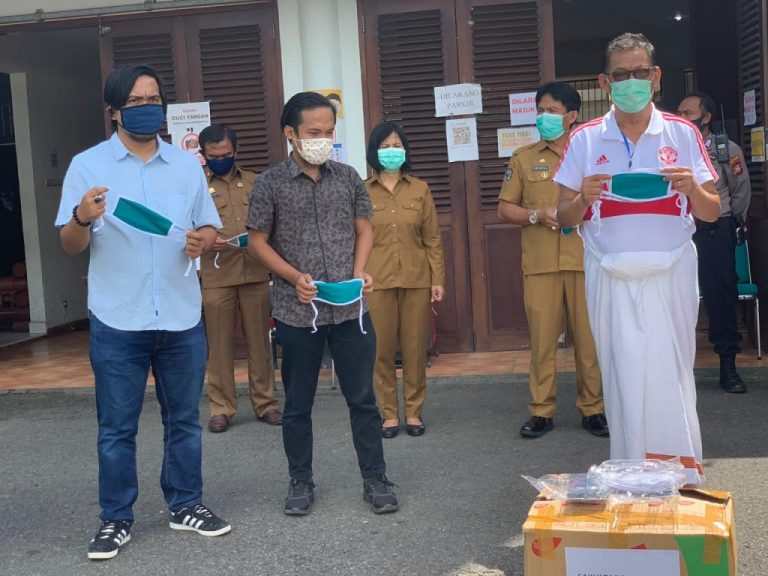 Fakultas Pertanian UKI Toraja Serahkan Bantuan Masker ke Posko Satgas Covid-19 Tana Toraja