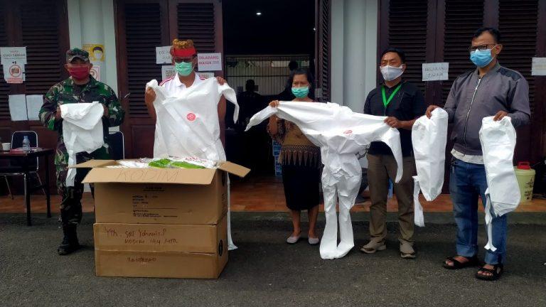 Kodam XIV Hasanuddin Serahkan Bantuan 100 Pcs Baju Hazmat untuk Satgas Covid-19 Tana Toraja