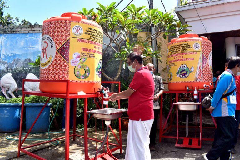 Yayasan Paulus Makassar Perwakilan Toraja Serahkan Alat Cuci Tangan Otomatis ke Posko Satgas Covid-19 Tana Toraja
