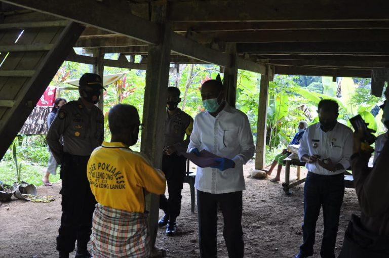 Wakil Bupati Tana Toraja memberi bantuan Warganya yang Meninggal Dunia dan Dinyatakan Positif Covid-19