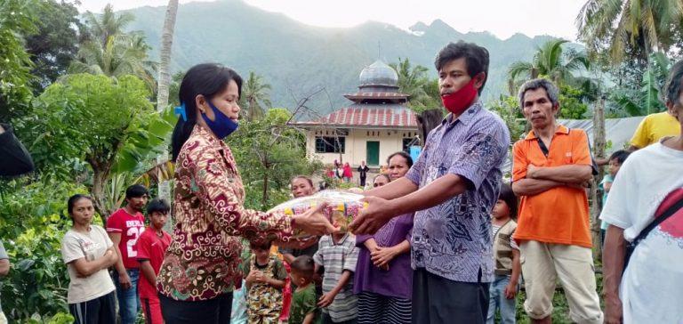 Pemkab Tana Toraja dan Kelompok Pemuda memberikan bantuan kepada korban longsor di Bau Selatan