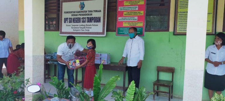 Peduli Dunia Pendidikan, Pemerintah Lembang Batualu Selatan Berikan Bantuan Paket Perlengkapan Sekolah ke Warganya
