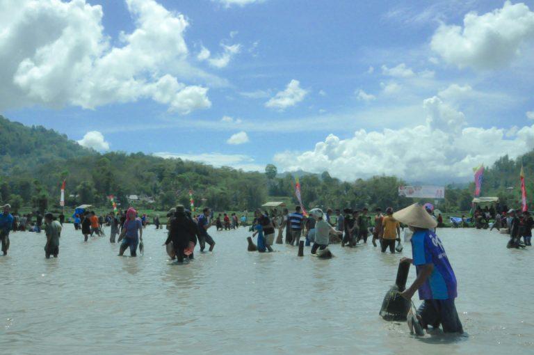 Wujud kebersamaan dari kearifan lokal masyarakat Toraja melalui Mebale dan Melendong