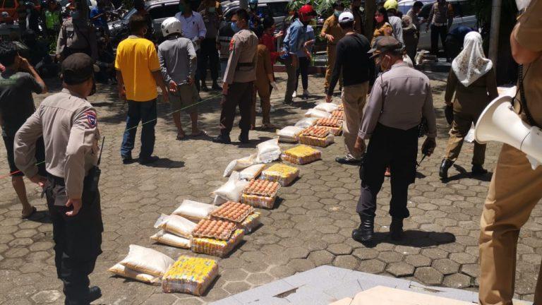 Satgas Covid-19 Tana Toraja Bagikan Sembako untuk Sopir Angkot dan Tukang Ojek di Makale