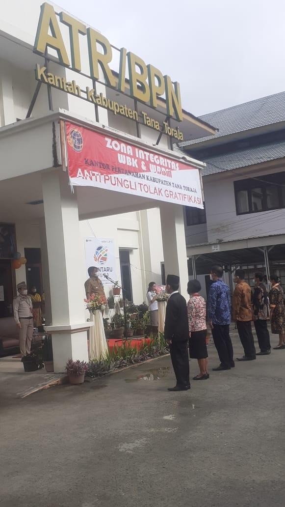Bupati Tana Toraja Menyerahkan Sertifikat Dalam Upacara HUT Agraria dan Tata Ruang 2021